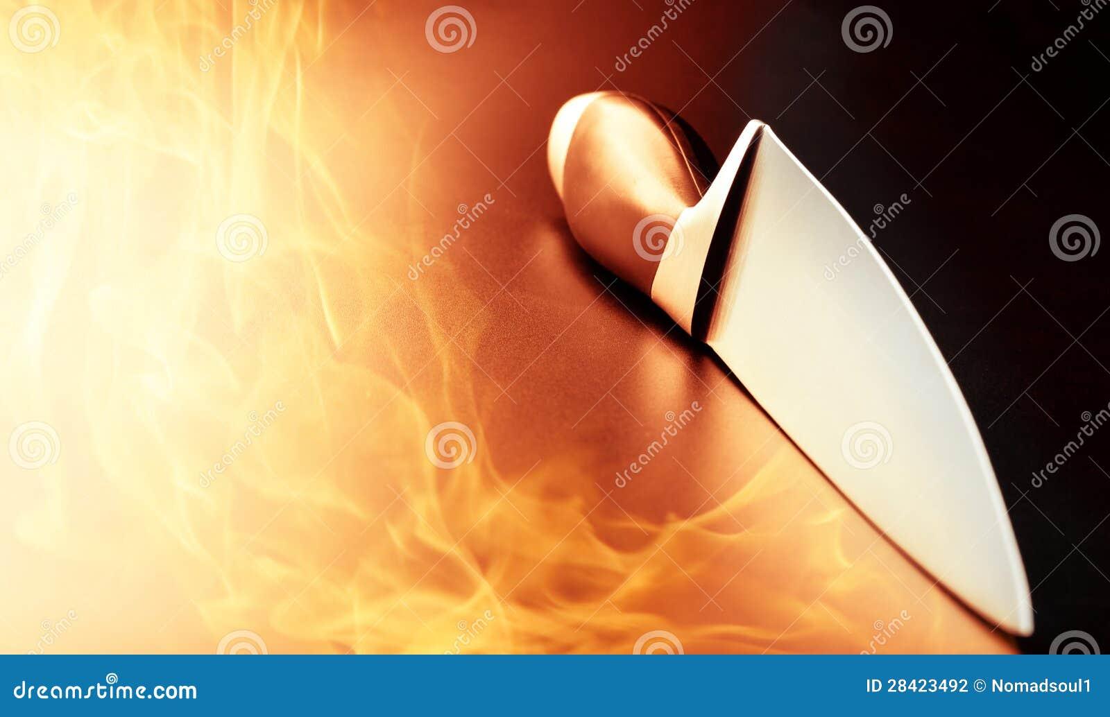 在厨房火的专业刀子