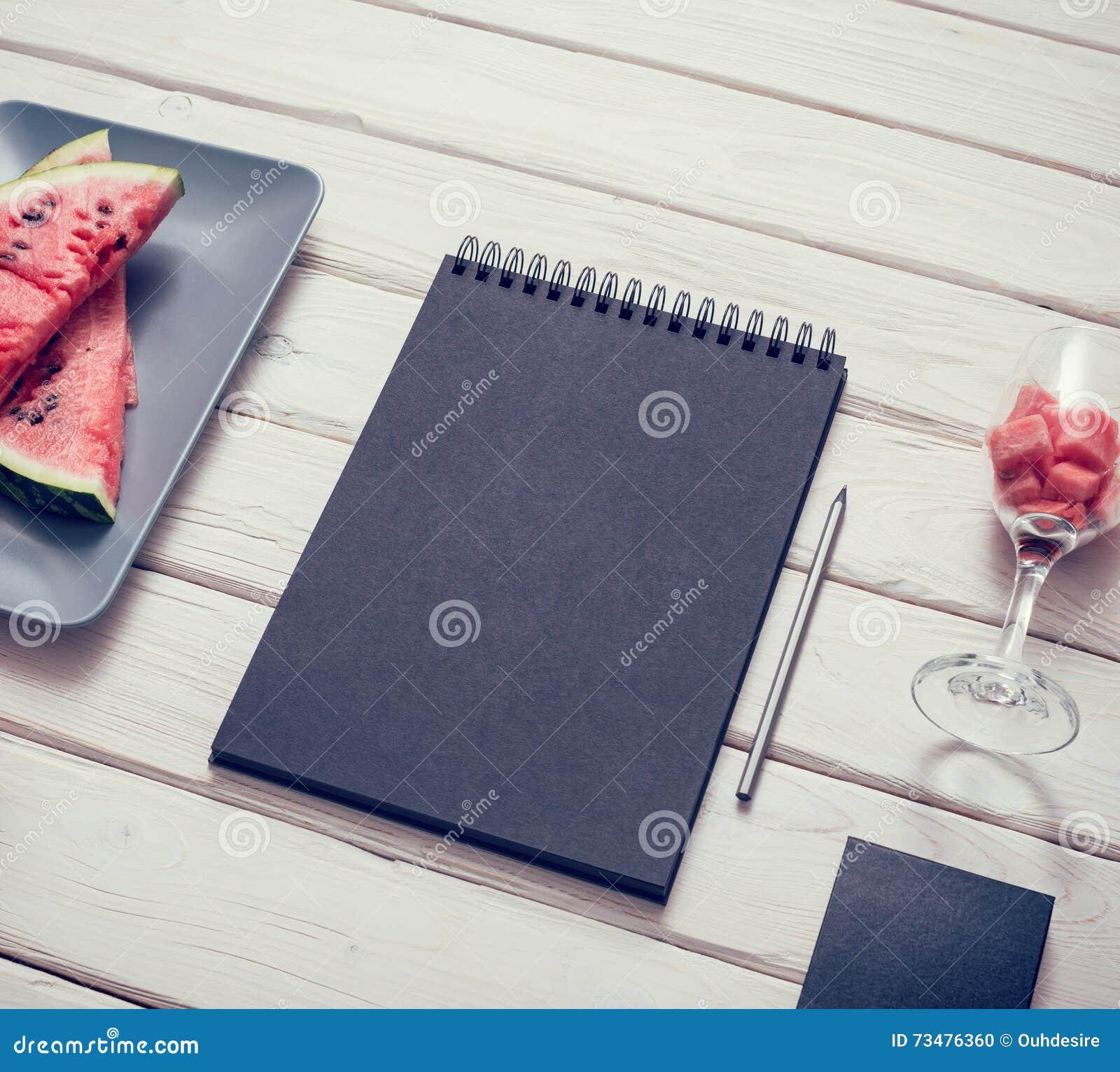 在厨房用桌上的写生簿