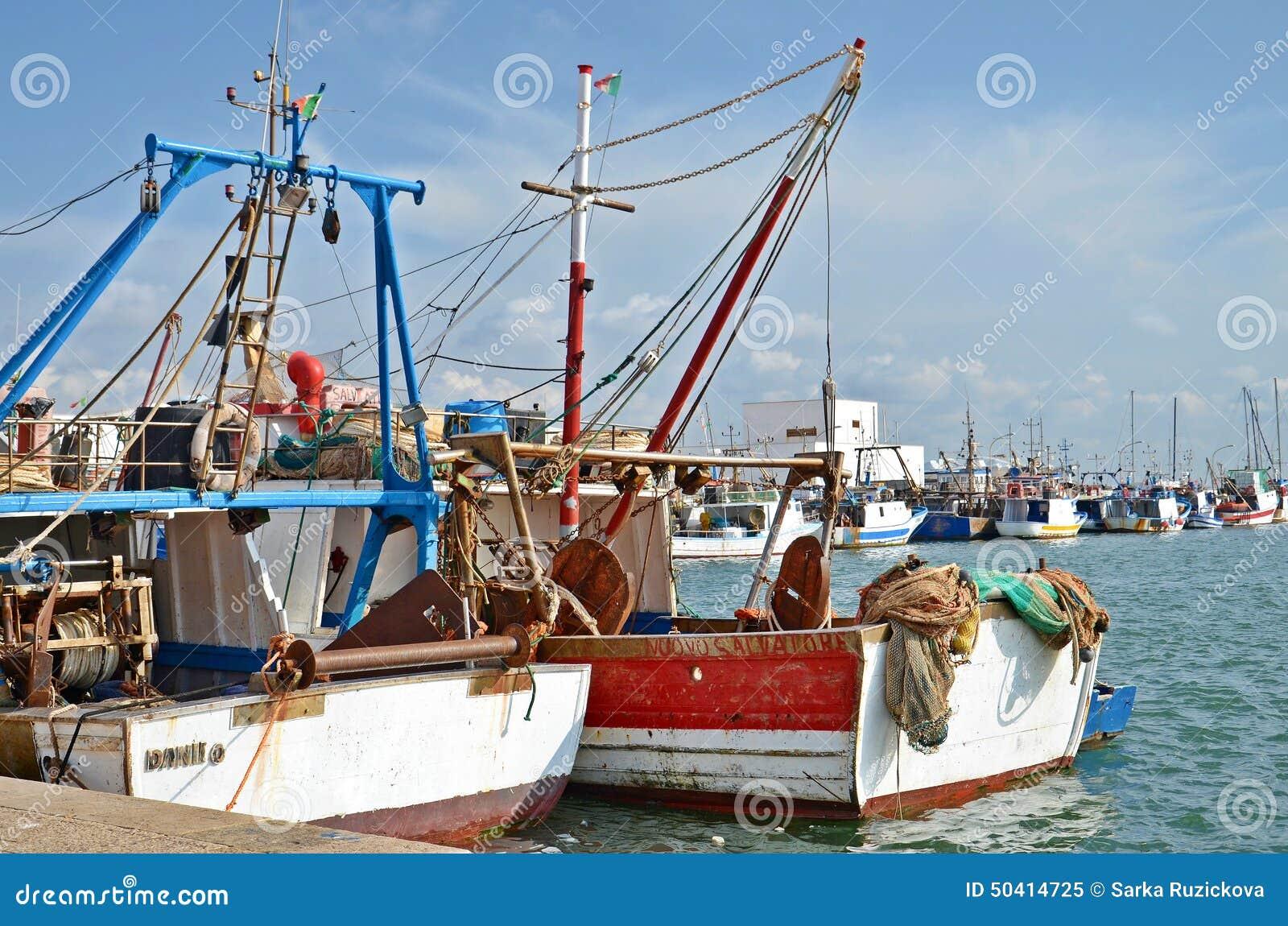 在口岸的五颜六色的小船