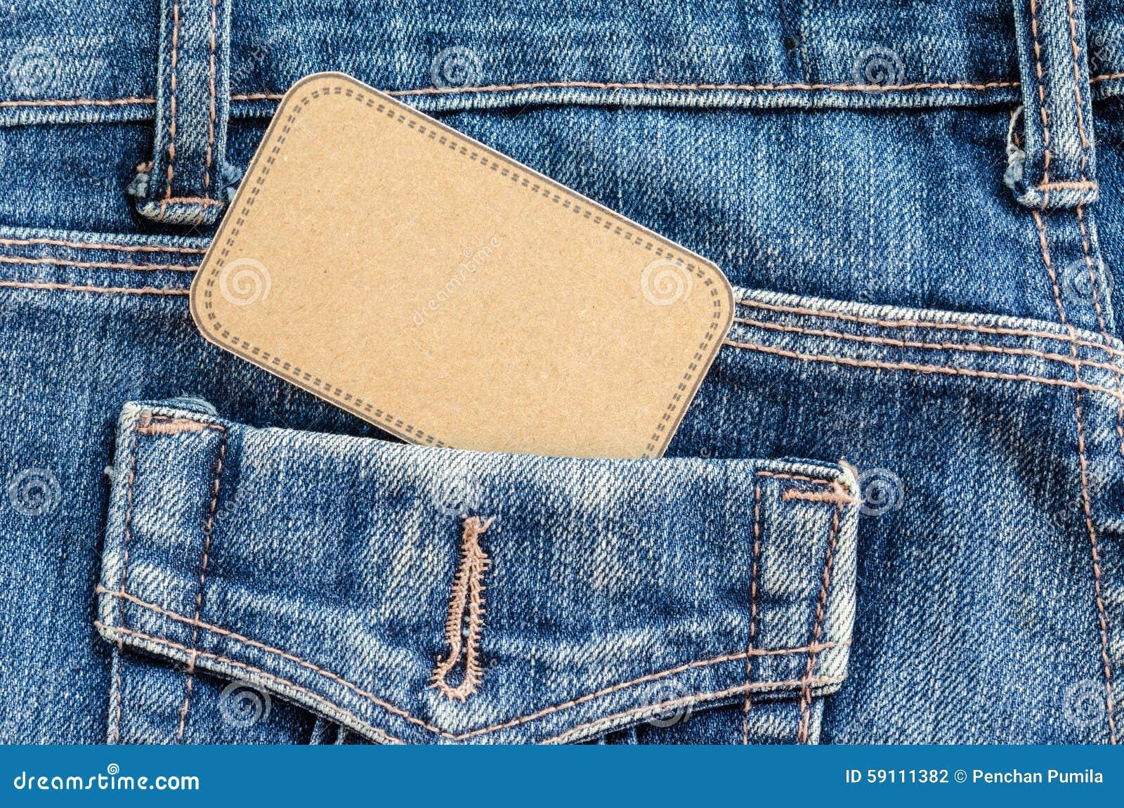 在口袋蓝色牛仔裤的标记价格