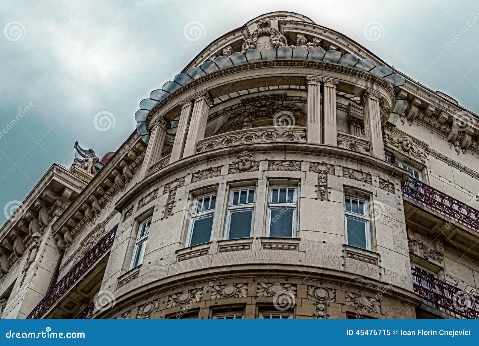 在古典大厦的门面与装饰品和雕塑2