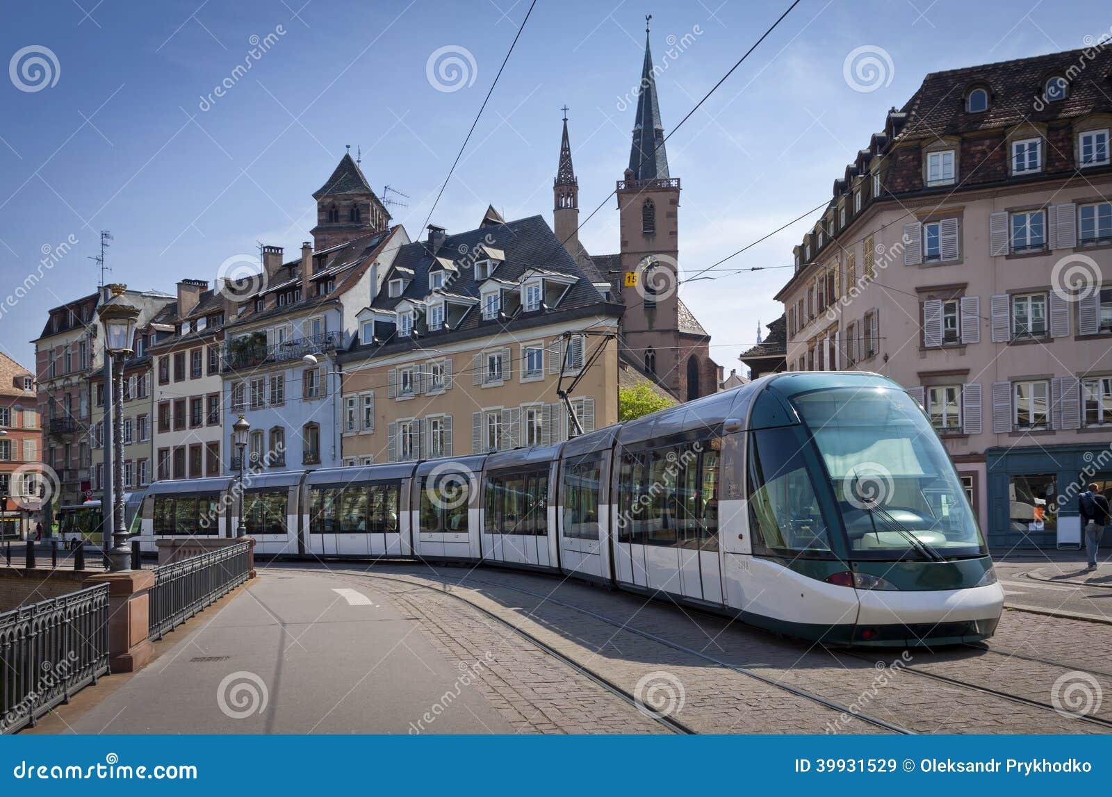 在史特拉斯堡,法国街道上的现代电车