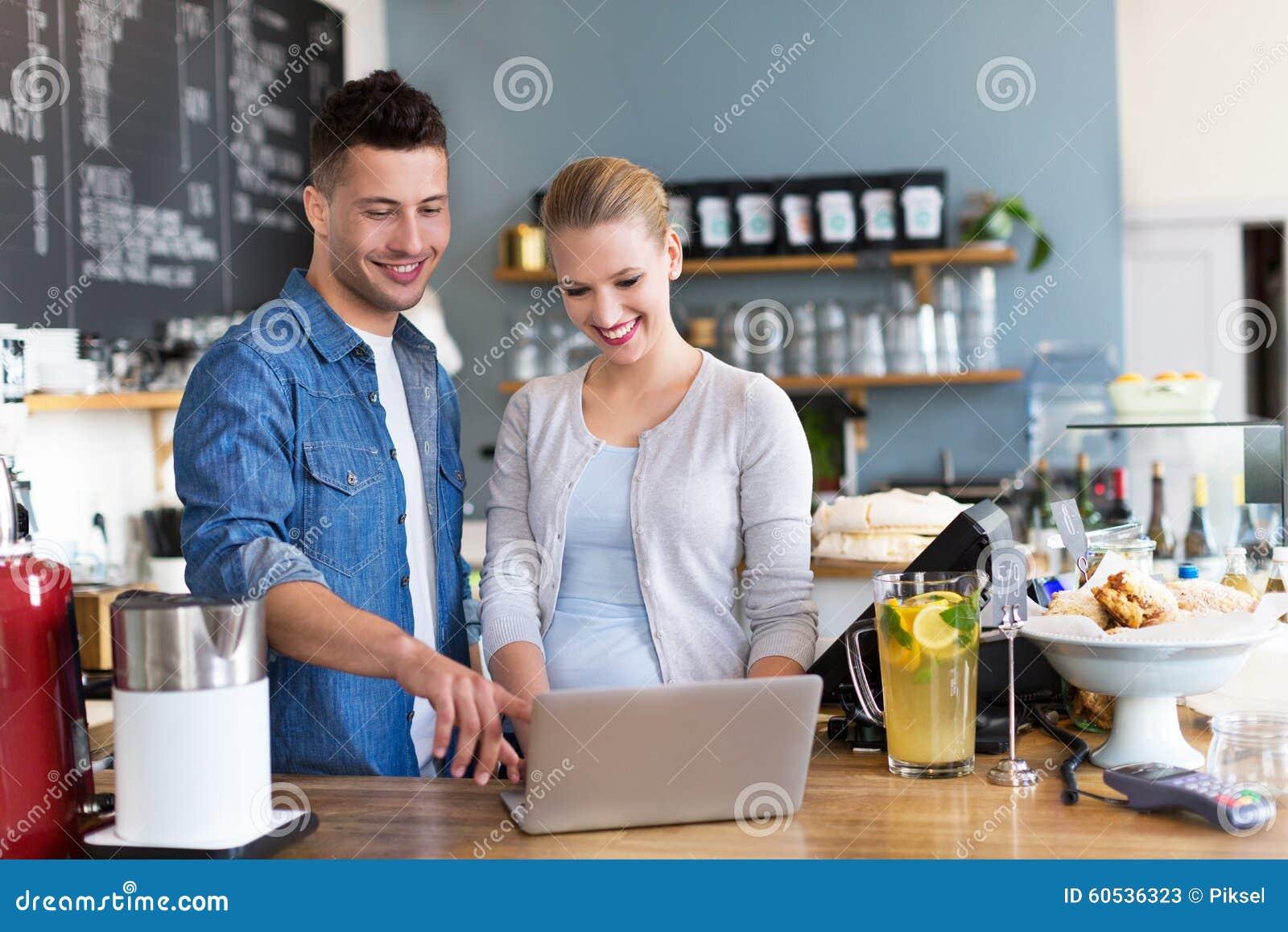 在咖啡店的小企业主