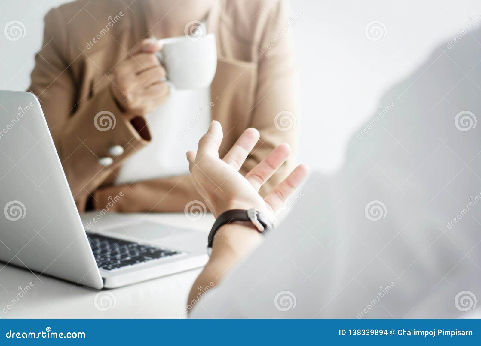 在咖啡馆或工作空间和谈论项目的两位商业主管友谊