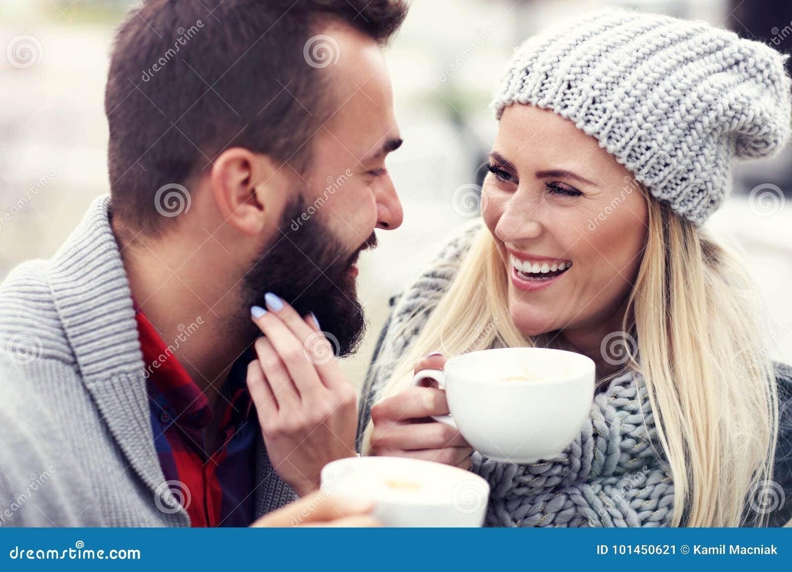 在咖啡馆的愉快的成人夫妇约会