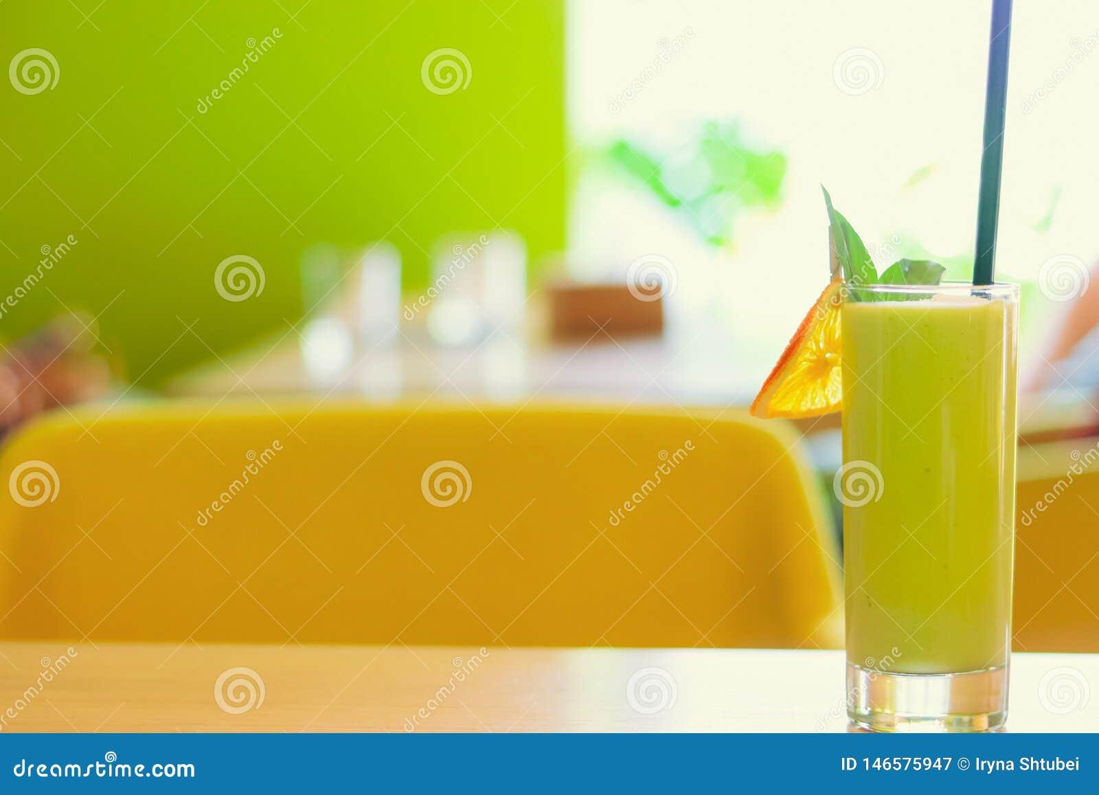 在咖啡馆的绿色圆滑的人