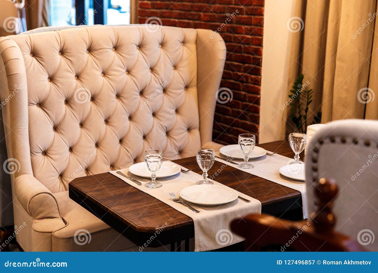 在咖啡馆的表,服务在咖啡馆,葡萄酒米黄沙发,木桌