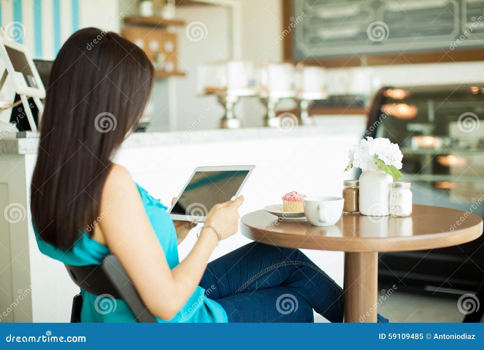 在咖啡馆的年轻深色的读书