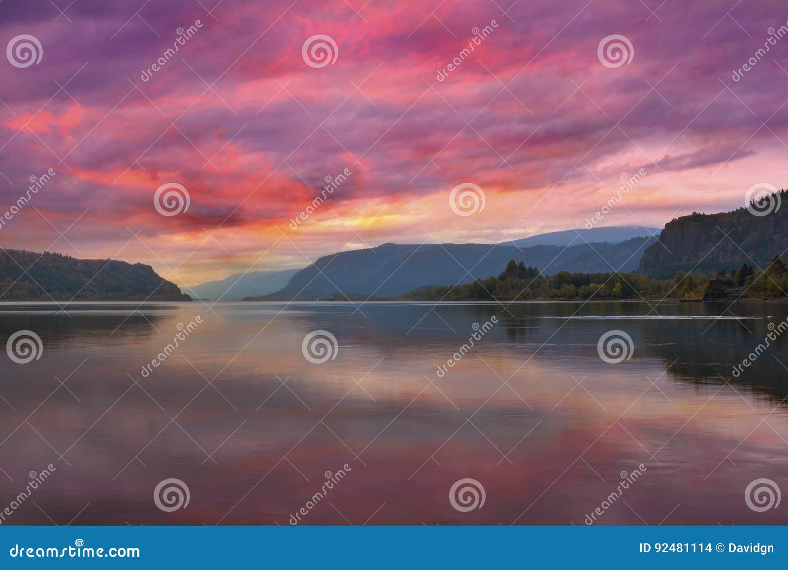 在哥伦比亚河峡谷的五颜六色的日出在波特兰俄勒冈