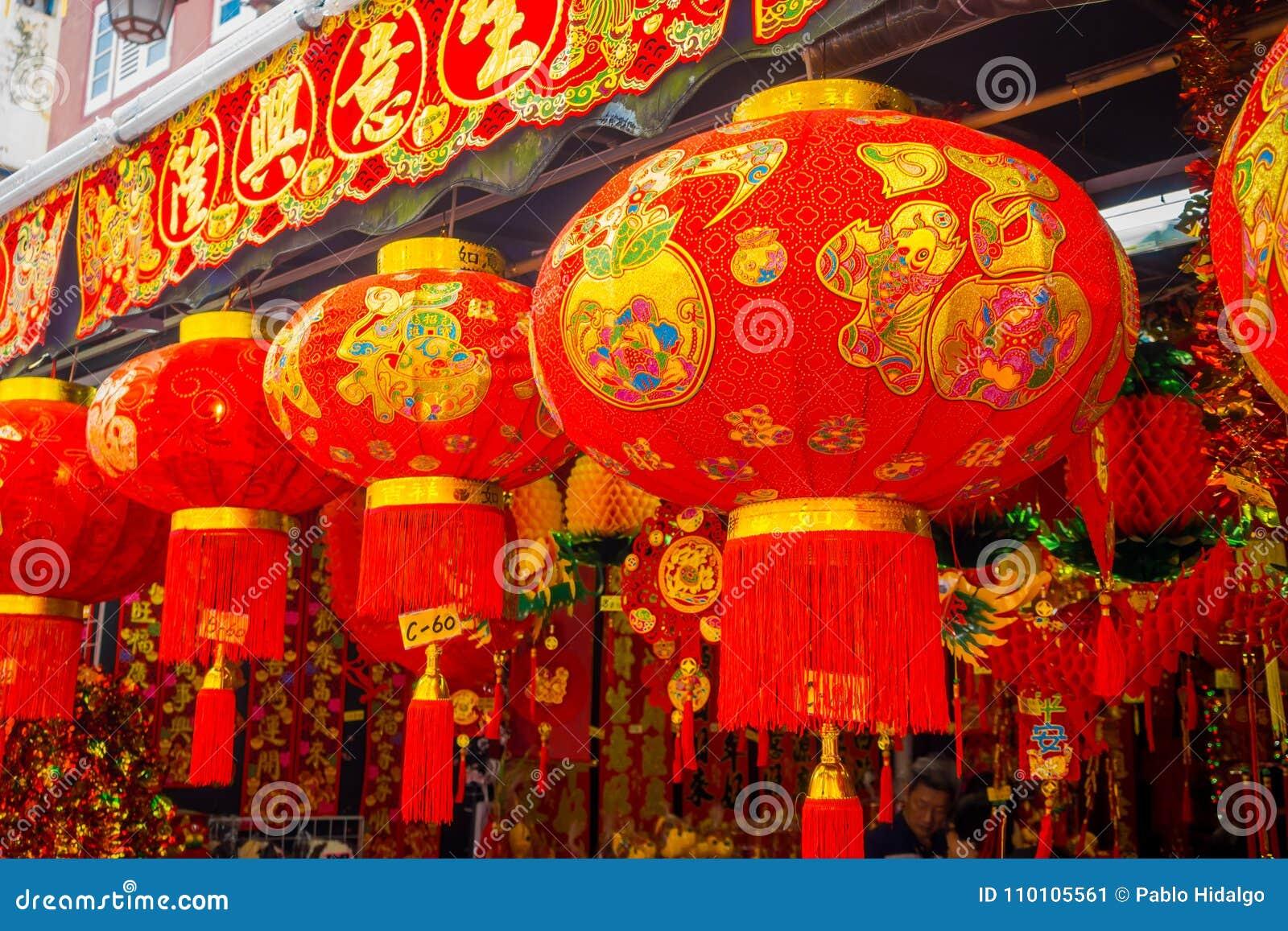 在唐人街驱散的装饰灯笼,新加坡附近 中国` s新年 狗的年 在中国镇拍的照片