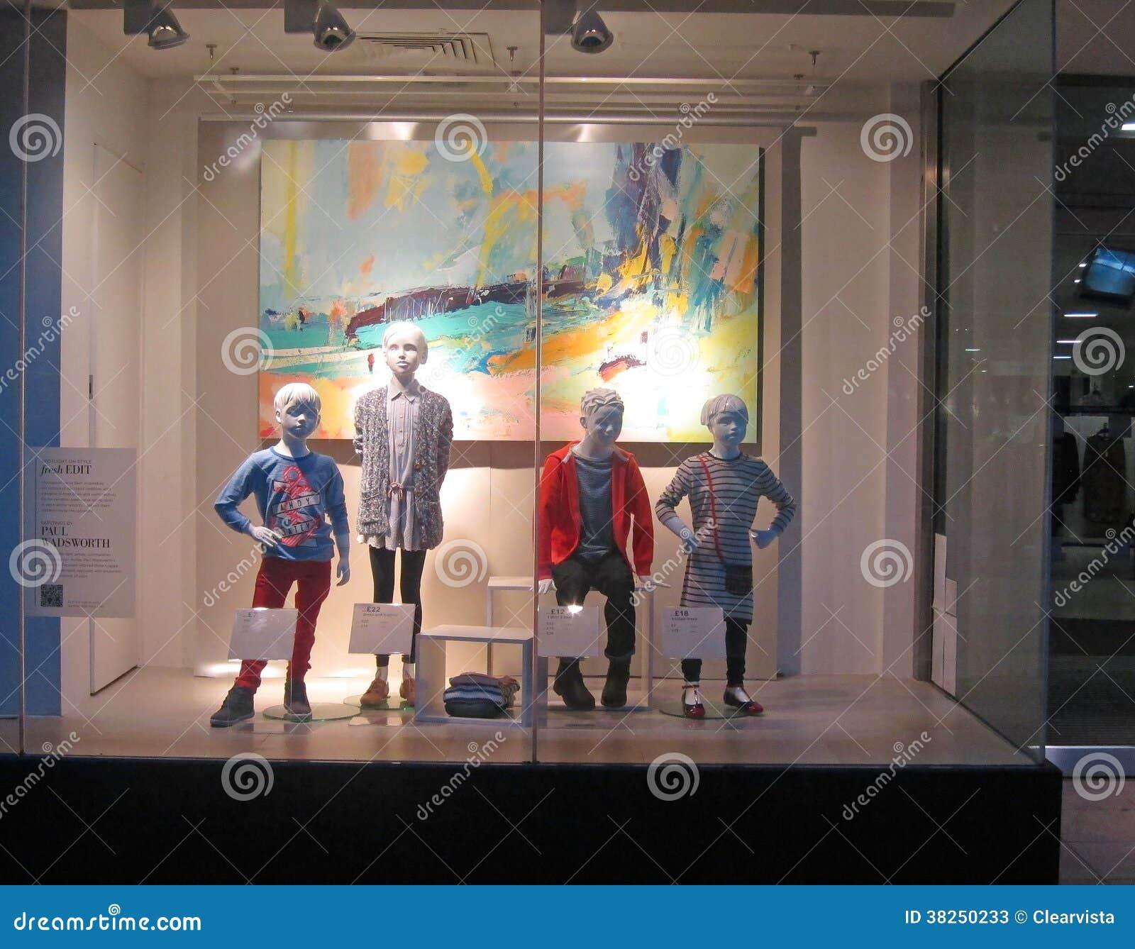 在商店窗口显示的儿童时装模特。
