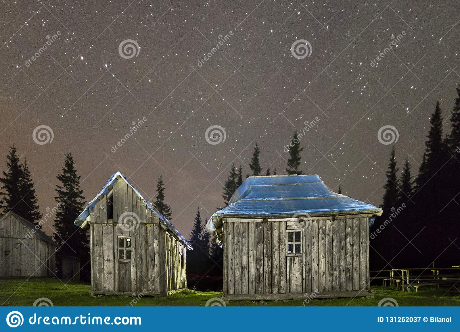 在喀尔巴阡山脉的登上的老木被风化的没有漆的牧羊人小屋