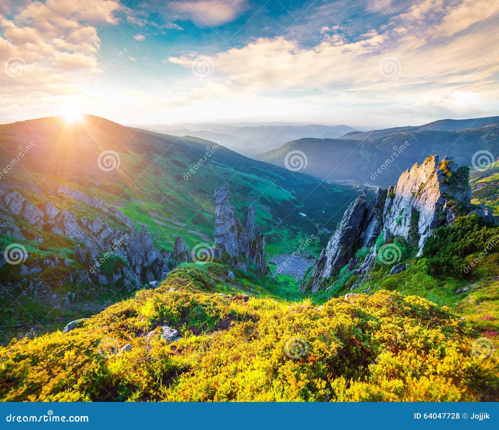 亚欧美色图_在喀尔巴阡山脉的五颜六色的夏天日出 从shpytsi山,乌克兰,欧洲的亚