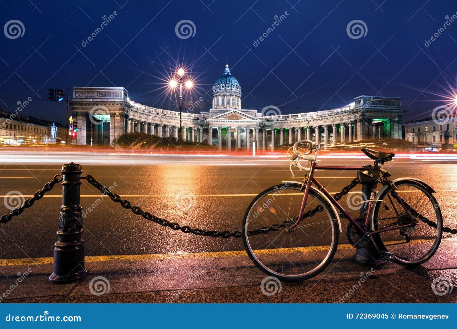 在喀山大教堂,圣彼德堡,俄罗斯的自行车