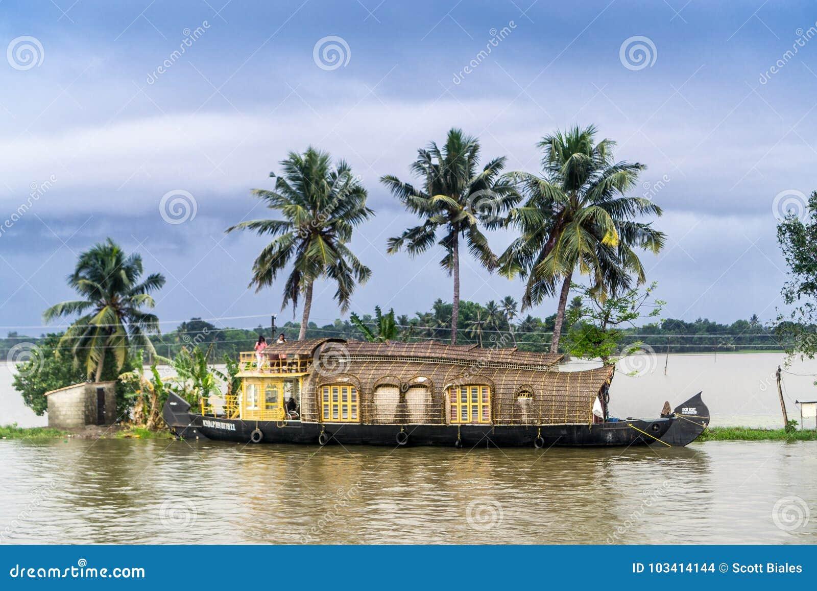 在喀拉拉的死水的一艘居住船