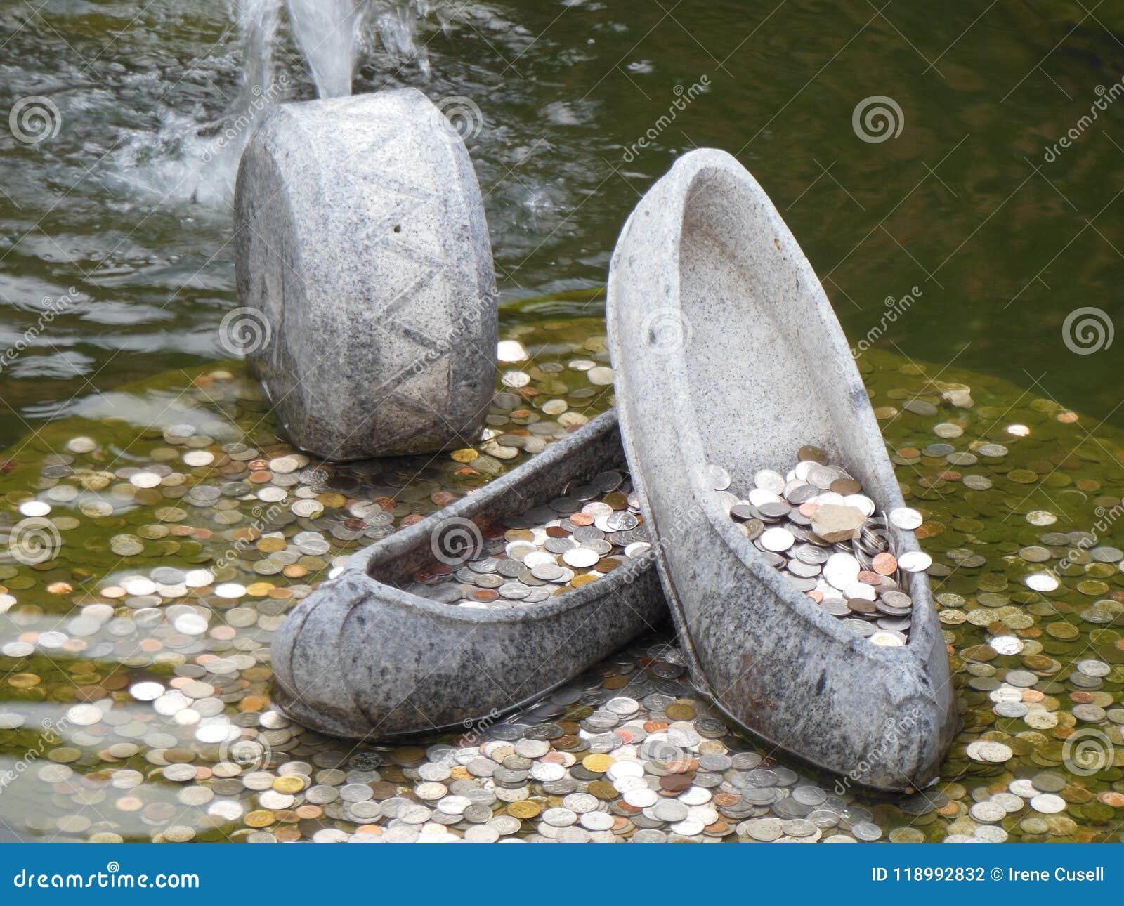 在喷泉的硬币有石鞋子的