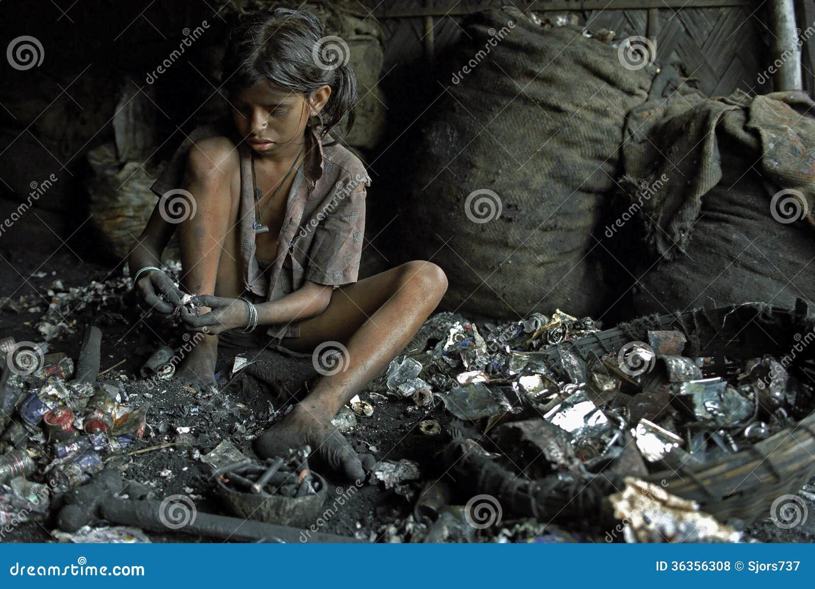 在回收电池,孟加拉国的童工