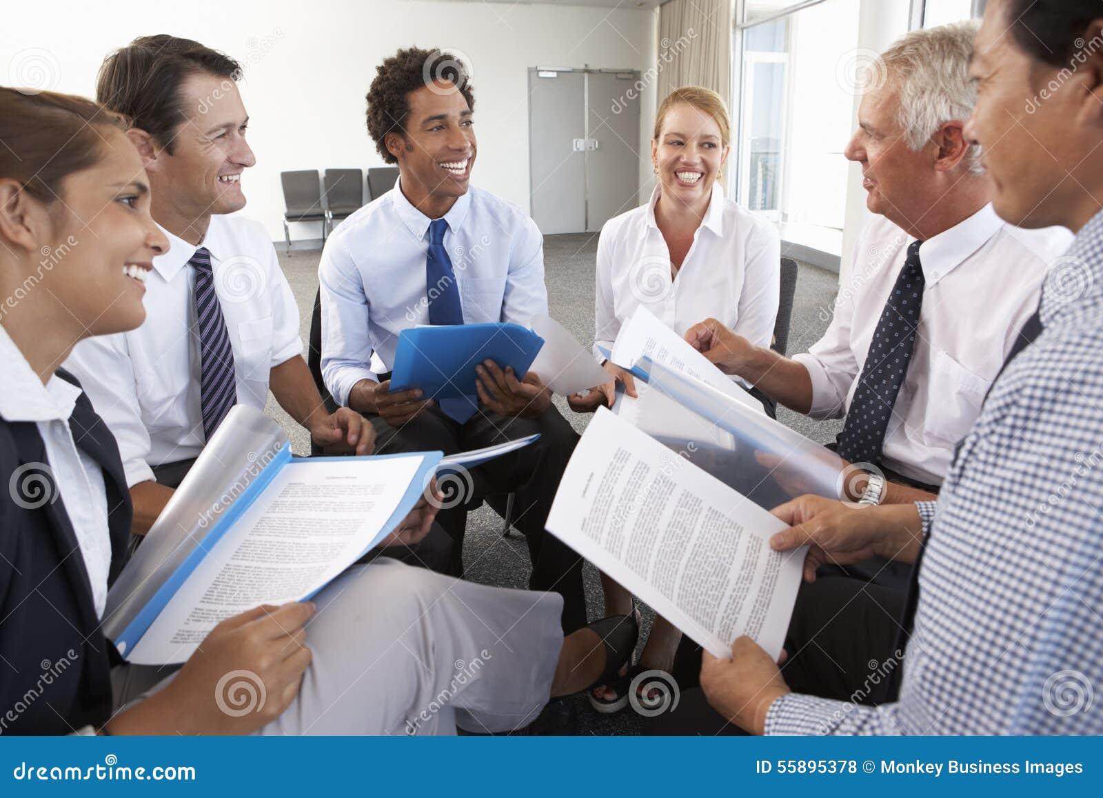 在圈子安装的买卖人在公司研讨会