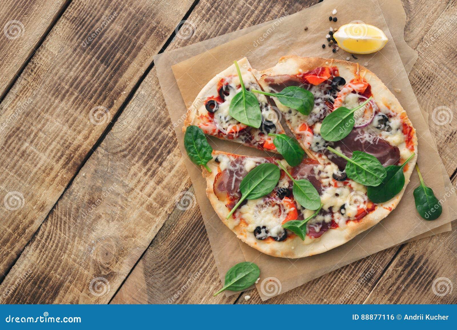 在土气木桌上的意大利自创薄饼与拷贝空间