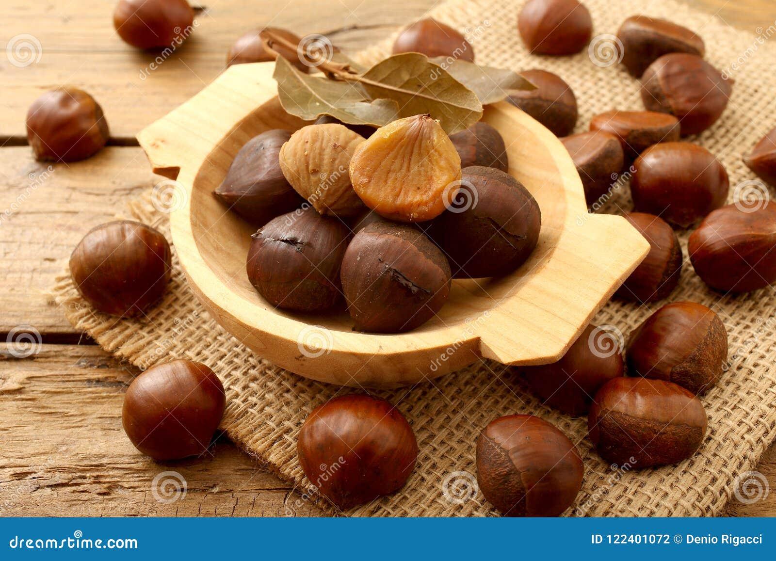 在土气木桌上的栗子