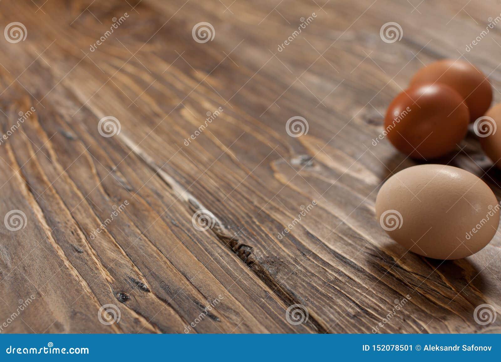 在土气木织地不很细基地的鸡鸡蛋
