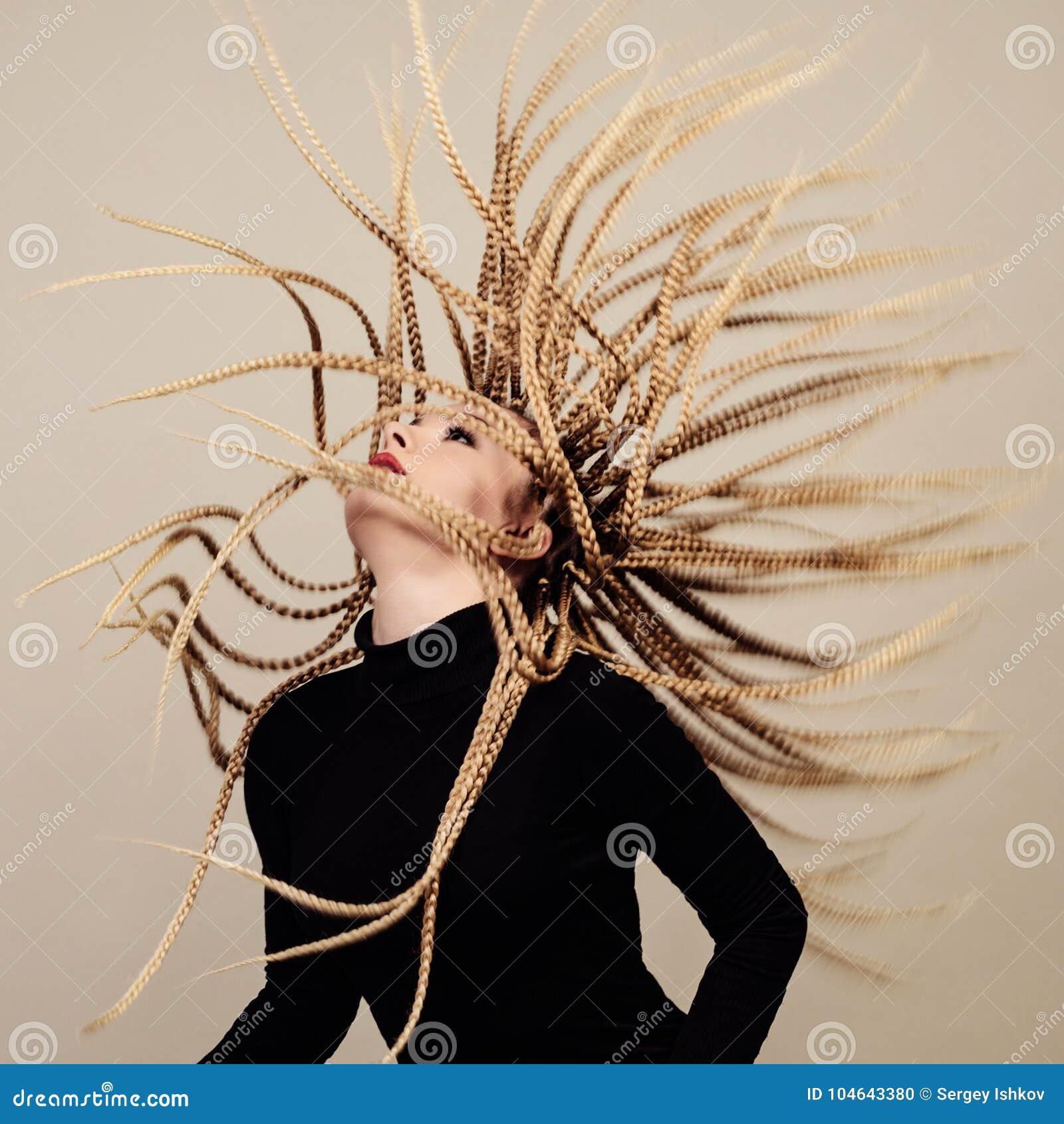 在土牢的Gorgon水母 有创造性的幻想发型的少妇