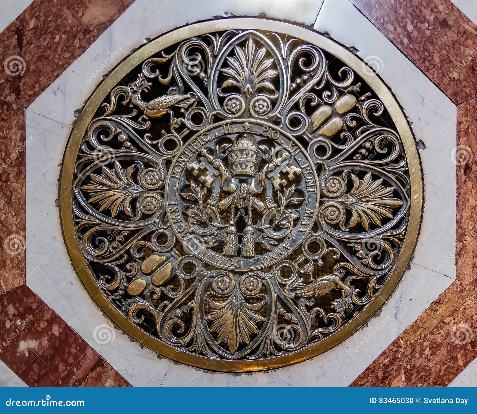 在圣伯多禄` s大教堂地板上的罗马教皇的封印在梵蒂冈