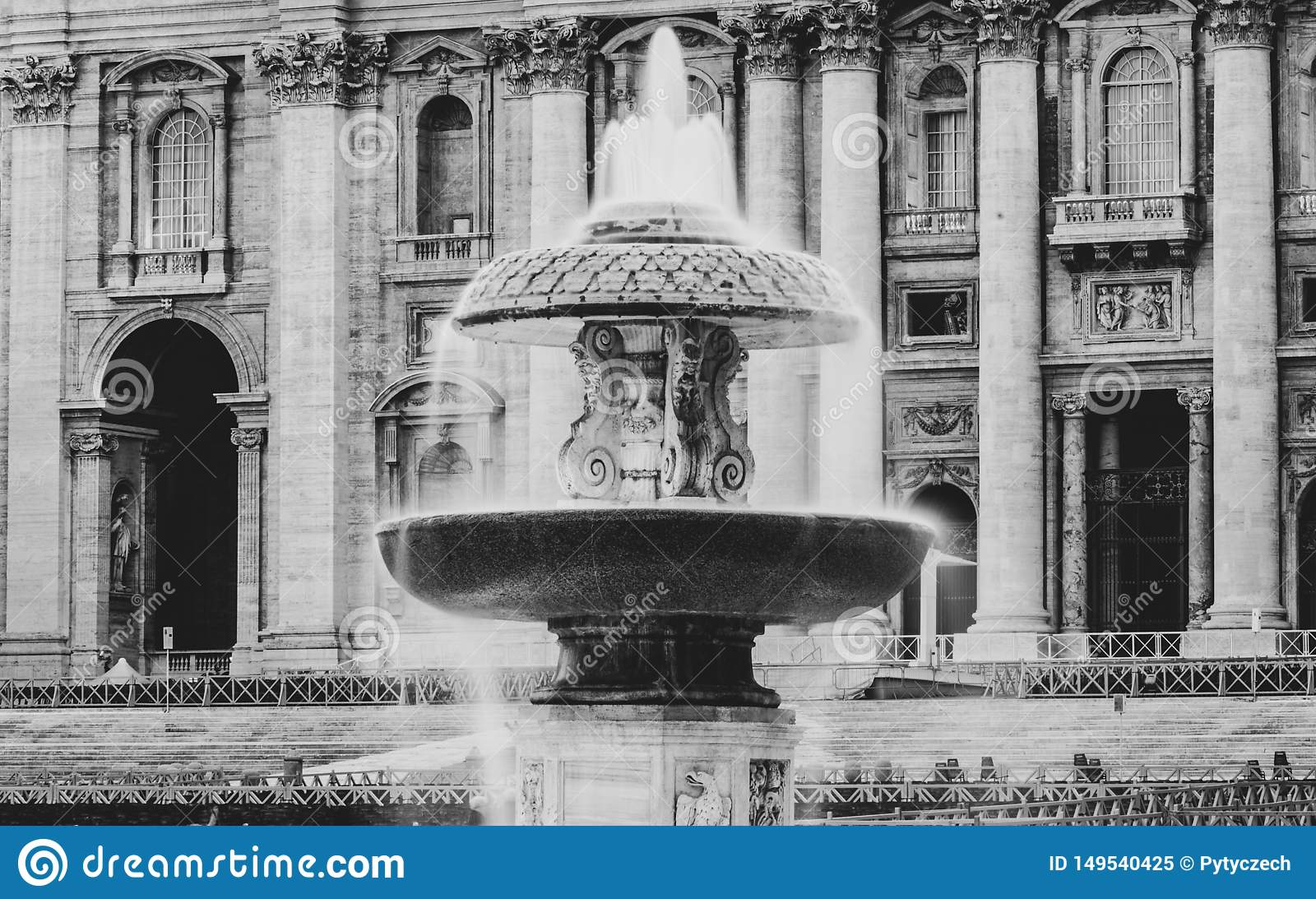 在圣彼得大教堂的有启发性贝尔尼尼喷泉在平衡的黄昏 圣彼得广场,梵蒂冈