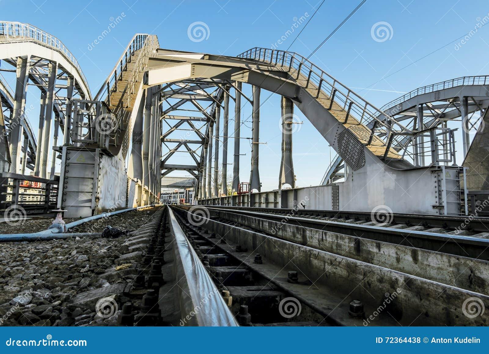 在圣彼德堡训练在Obvodny运河的美国桥梁 俄国
