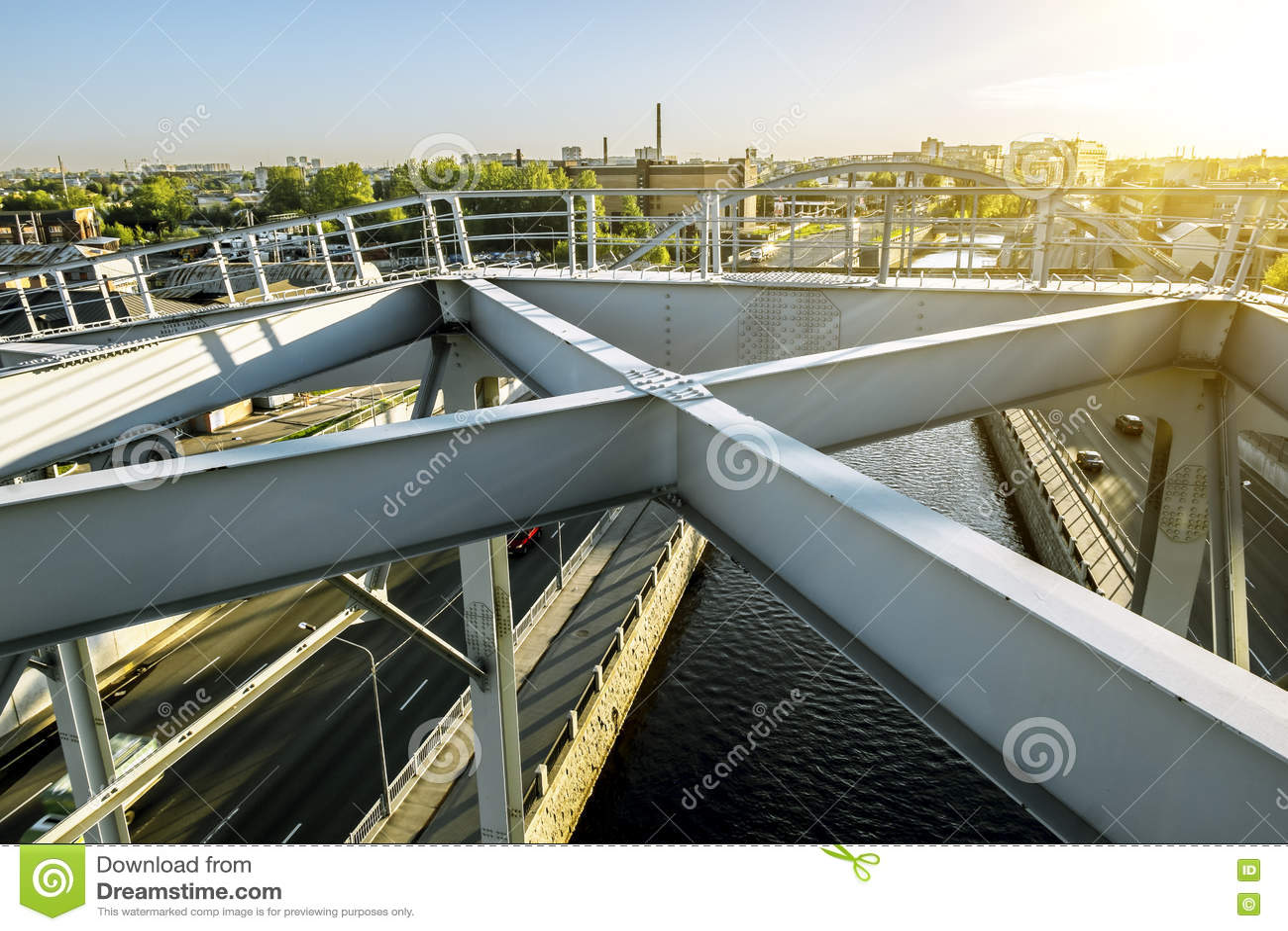 在圣彼德堡训练在Obvodny运河的美国桥梁