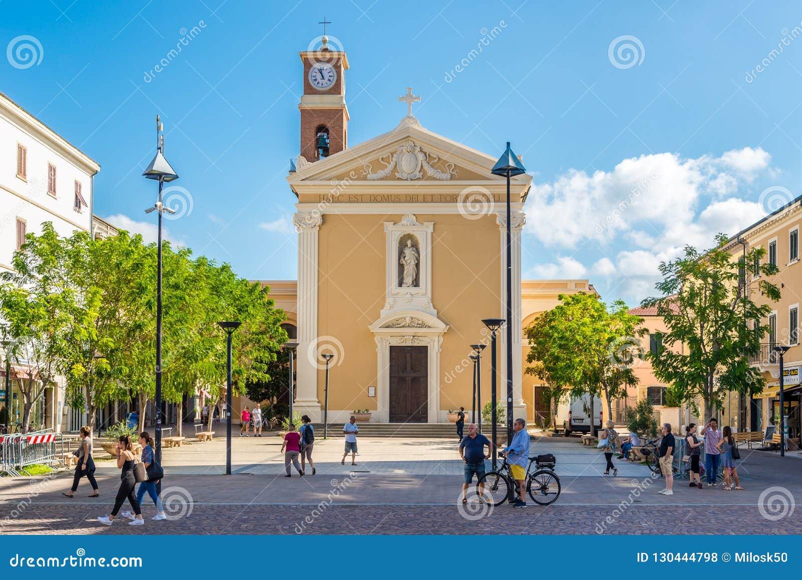 在圣徒朱塞佩和雷欧波得教会的看法在切奇纳-意大利