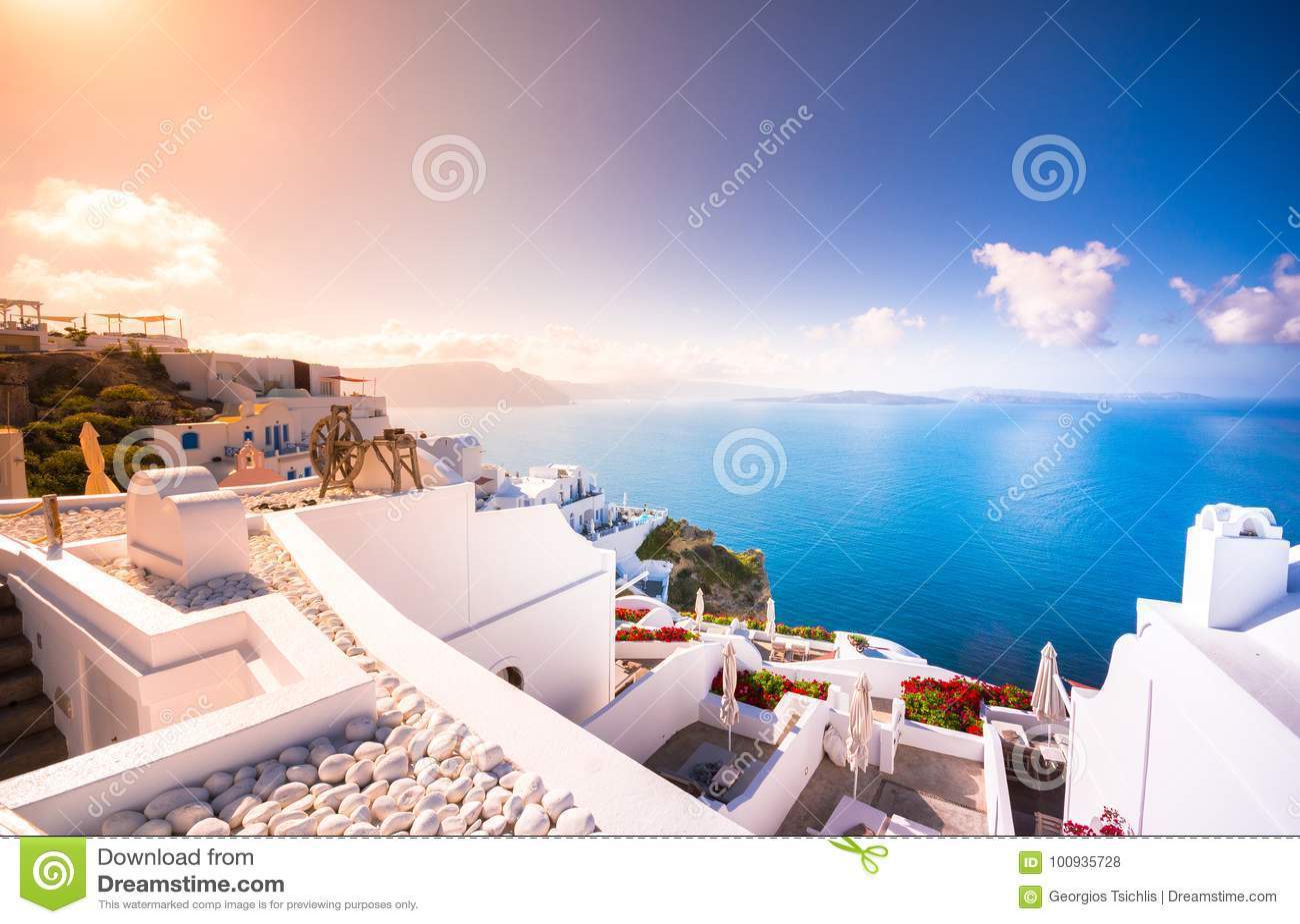 在圣托里尼海岛,希腊上的Oia镇 传统和著名房子和教会有蓝色圆顶的在破火山口,爱琴海