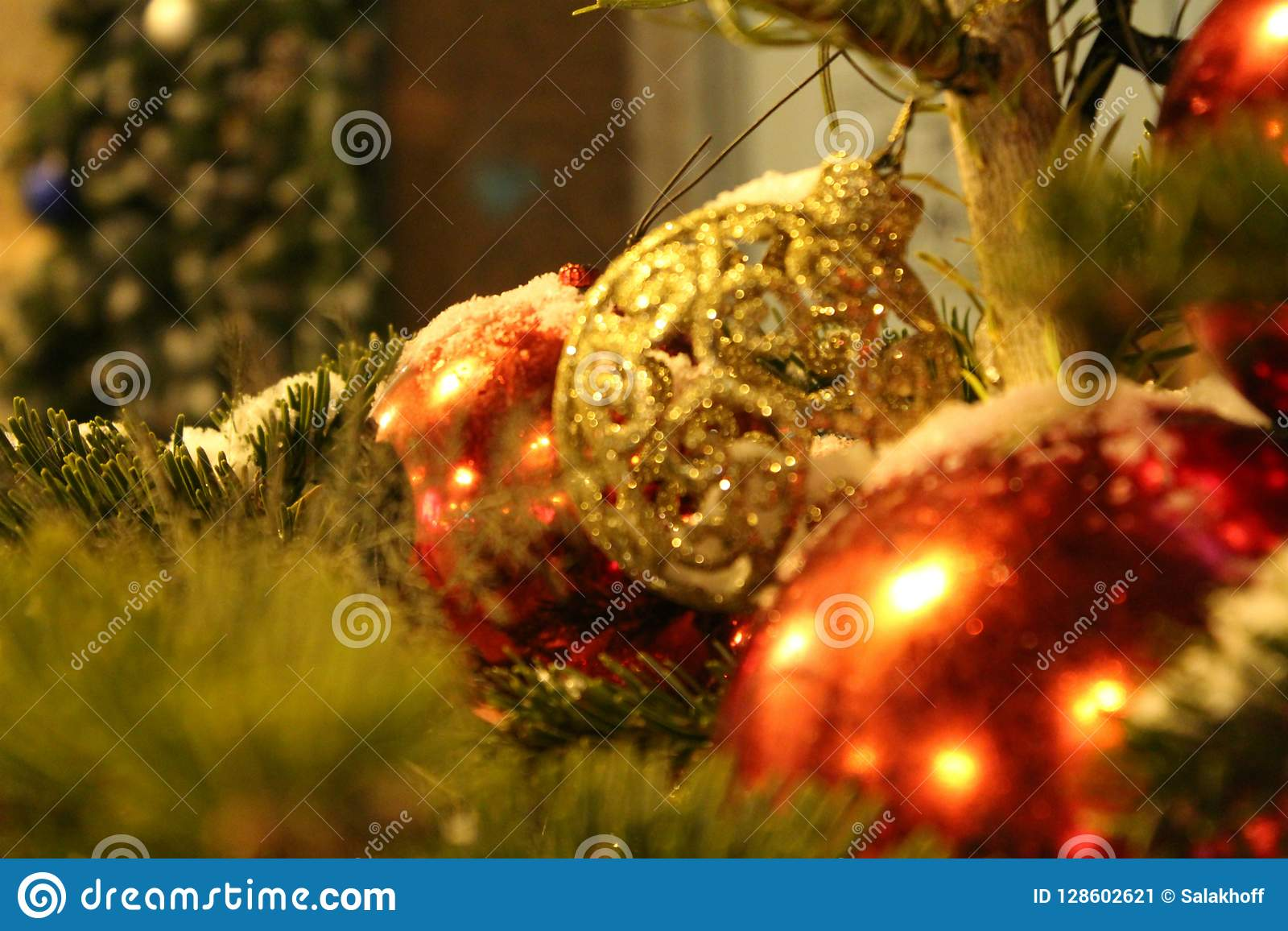 在圣诞树的圣诞节装饰在以球特写镜头的形式红色和金子颜色 在街道上或在围场