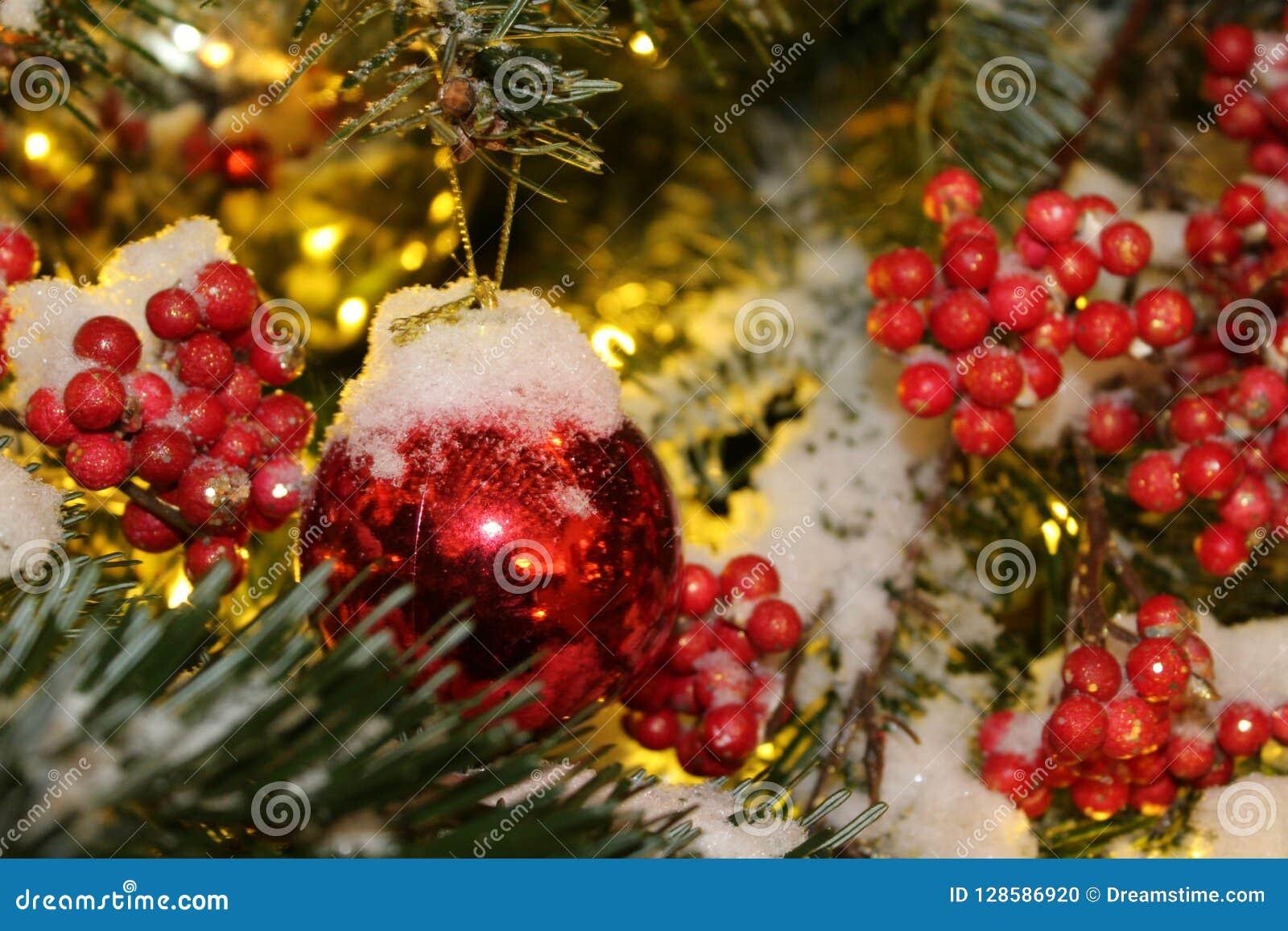 在圣诞树的圣诞节装饰在红色和金子上色撒布与光,特写镜头