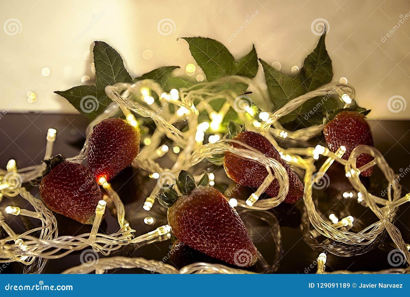 在圣诞灯中间的草莓
