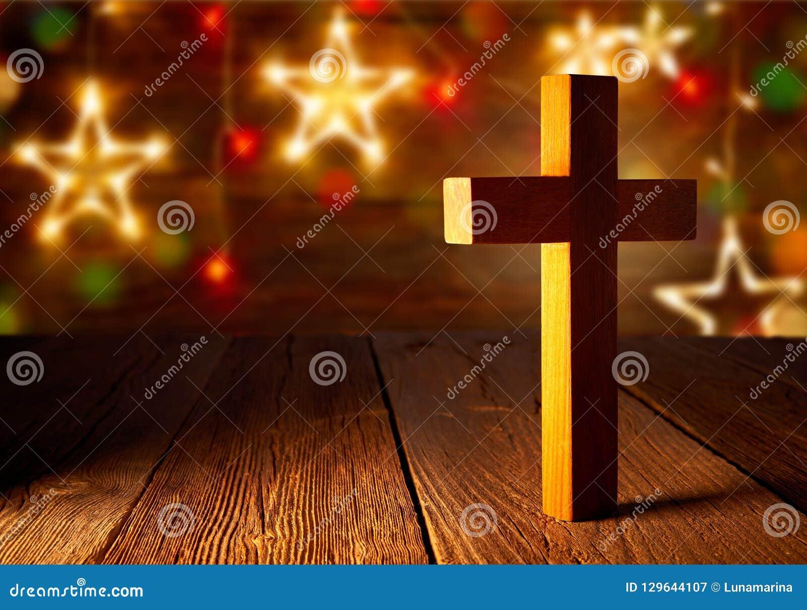 在圣诞节星的基督徒木十字架