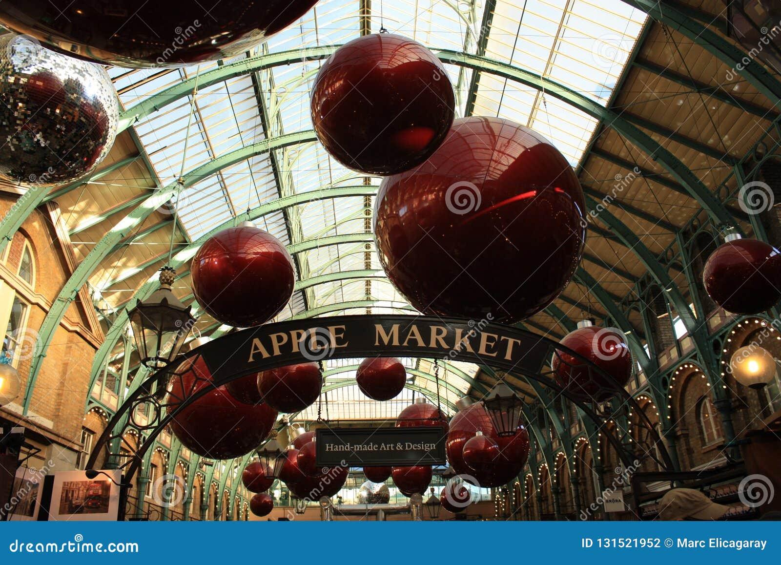 在圣诞节的科文特花园市场在伦敦