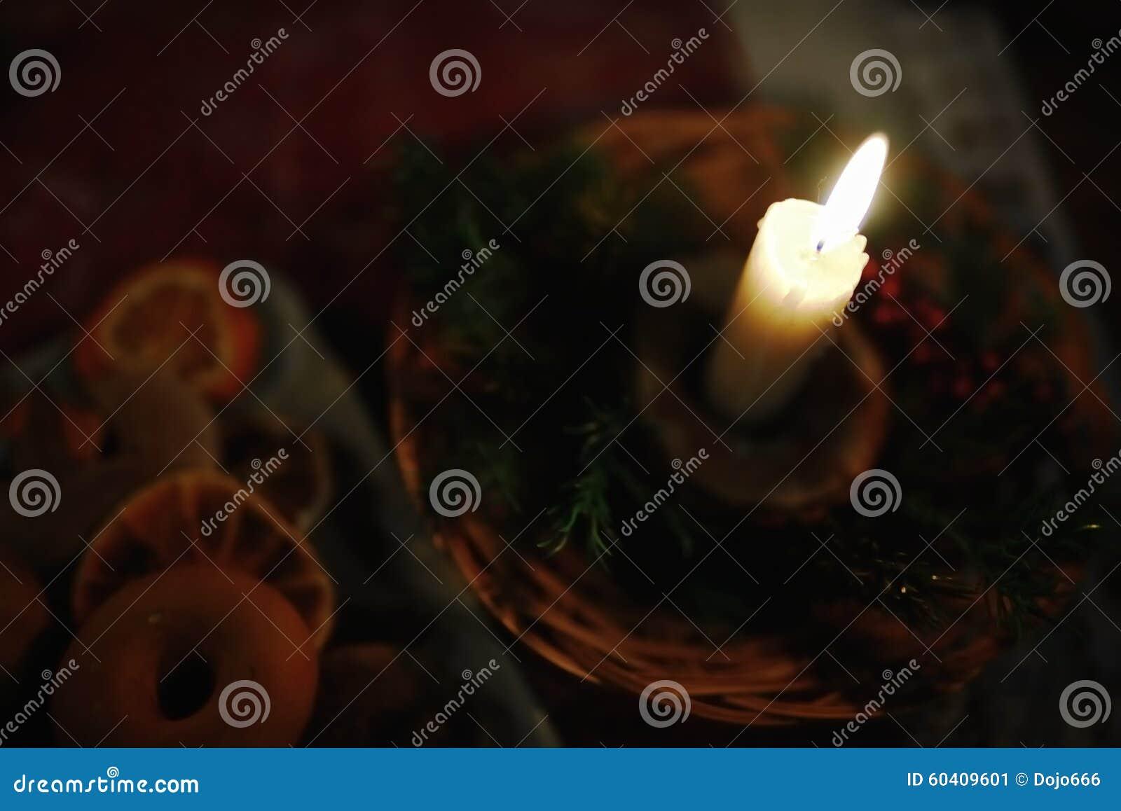 在圣诞节装饰的灼烧的蜡烛