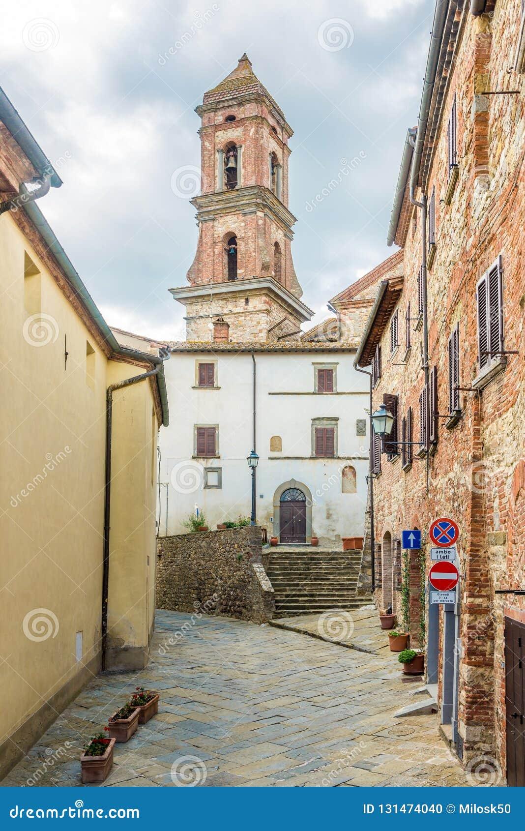 在圣迈克尔天使教会钟楼的看法在卢奇尼亚诺-意大利,托斯卡纳