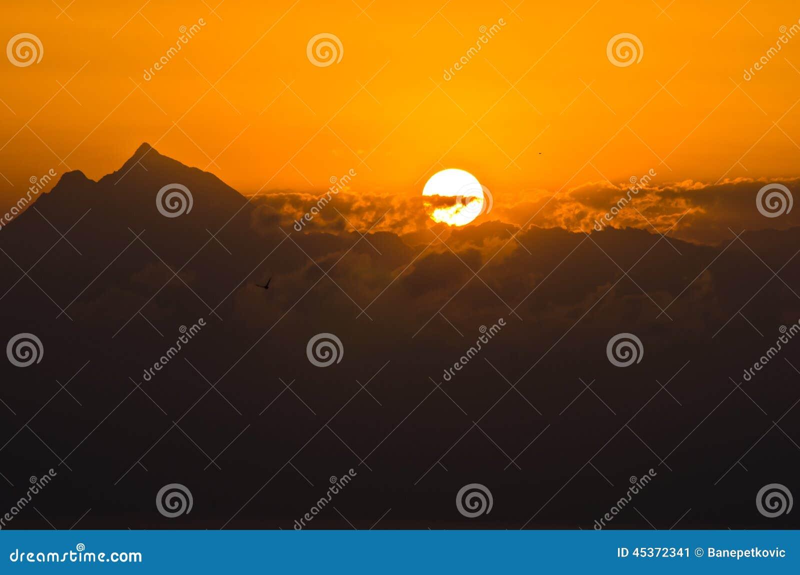 在圣洁山Athos的日出在哈尔基季基州