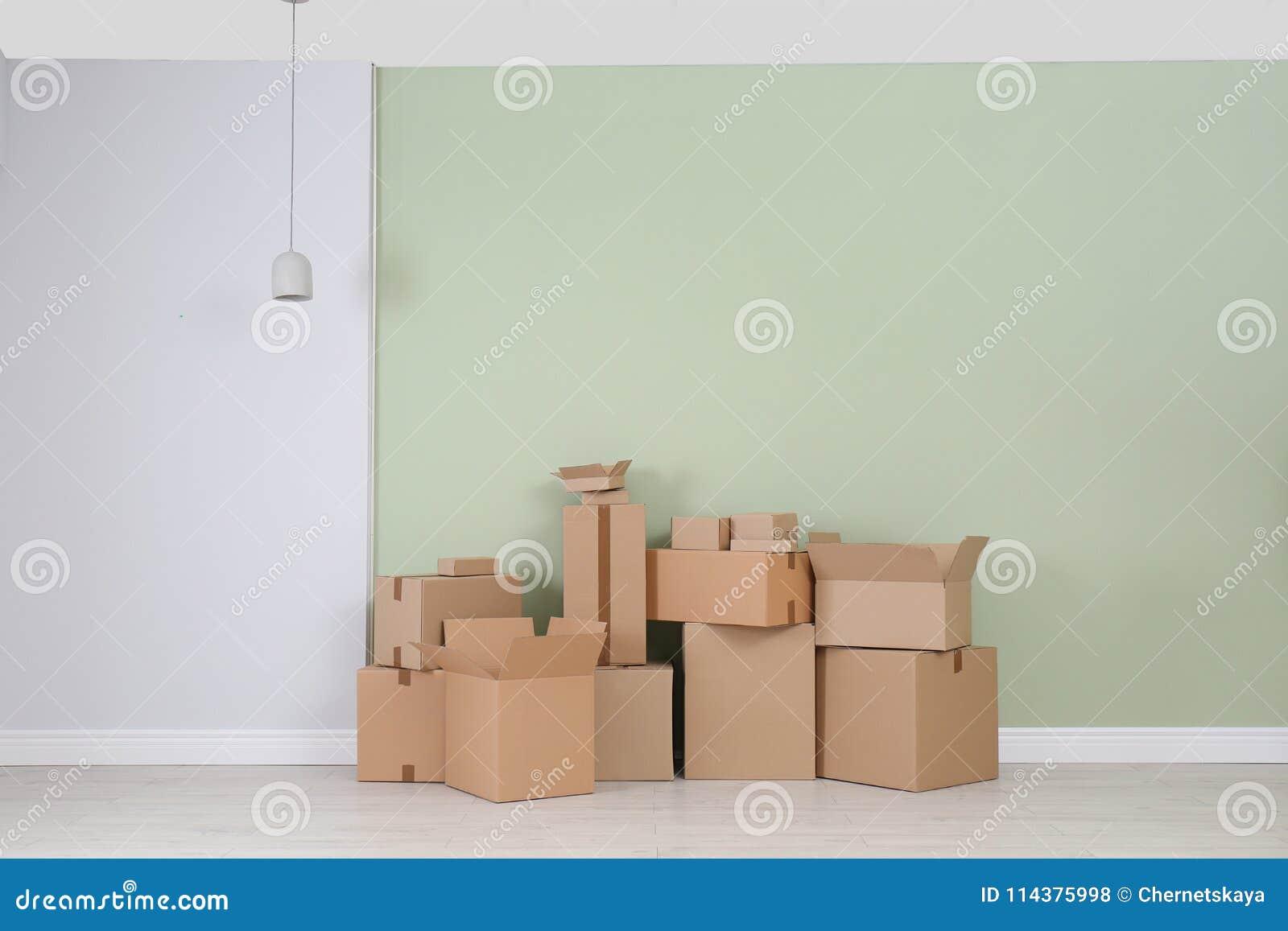 在地板上的纸板箱