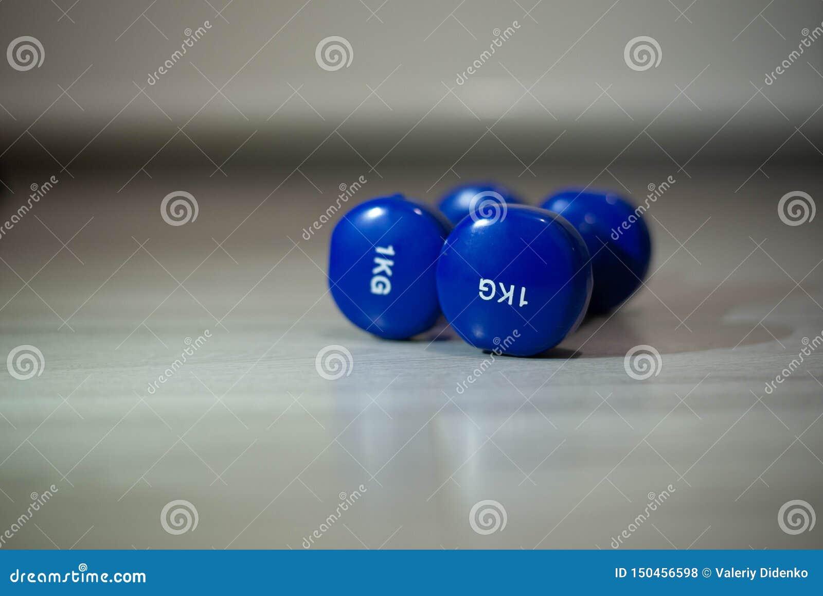 在地板上的蓝色哑铃