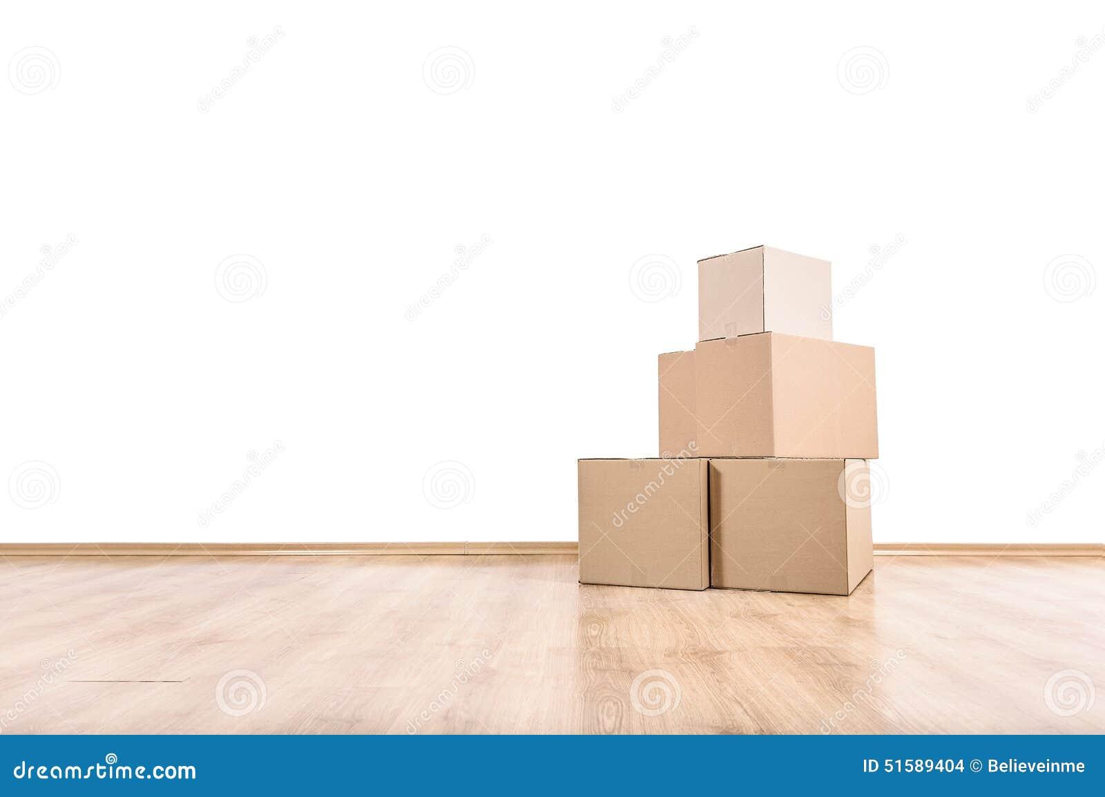 在地板上的移动的箱子