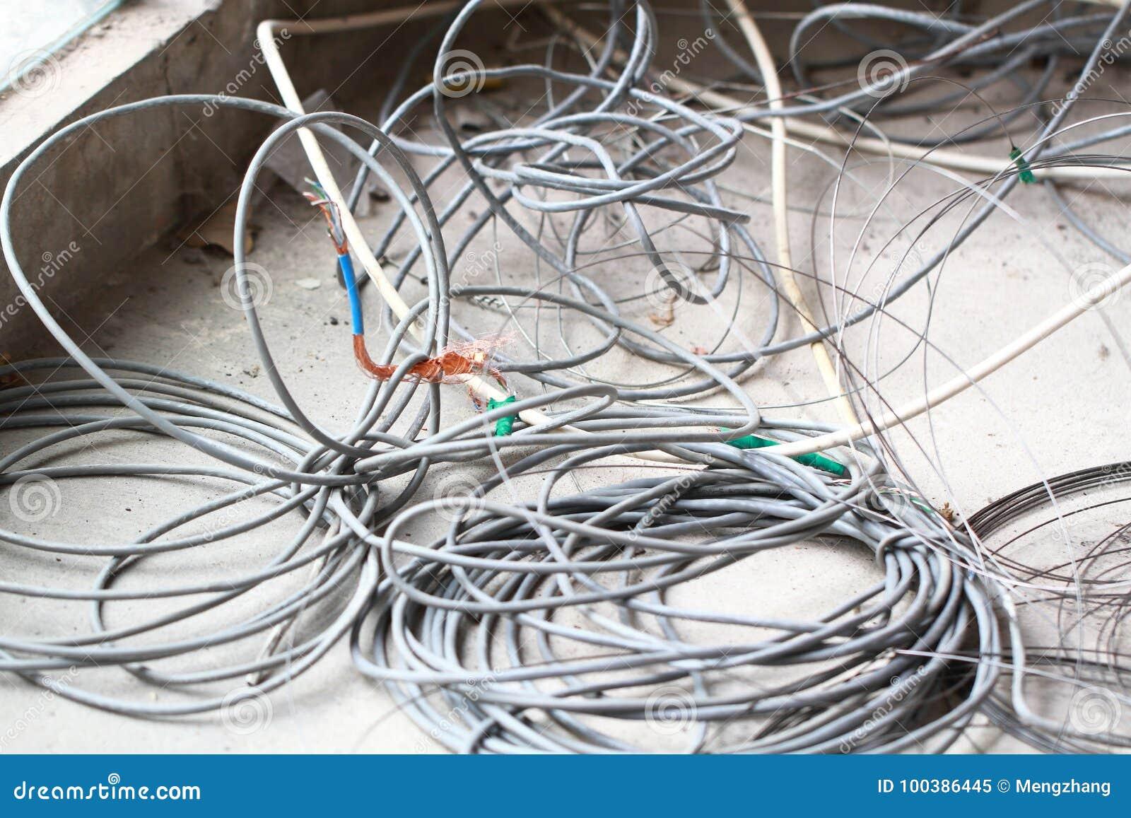 在地板整修装饰的废弃的被放弃的被破坏的被放弃的LAN缆绳导线卷圈子绳索再磨光垃圾垃圾