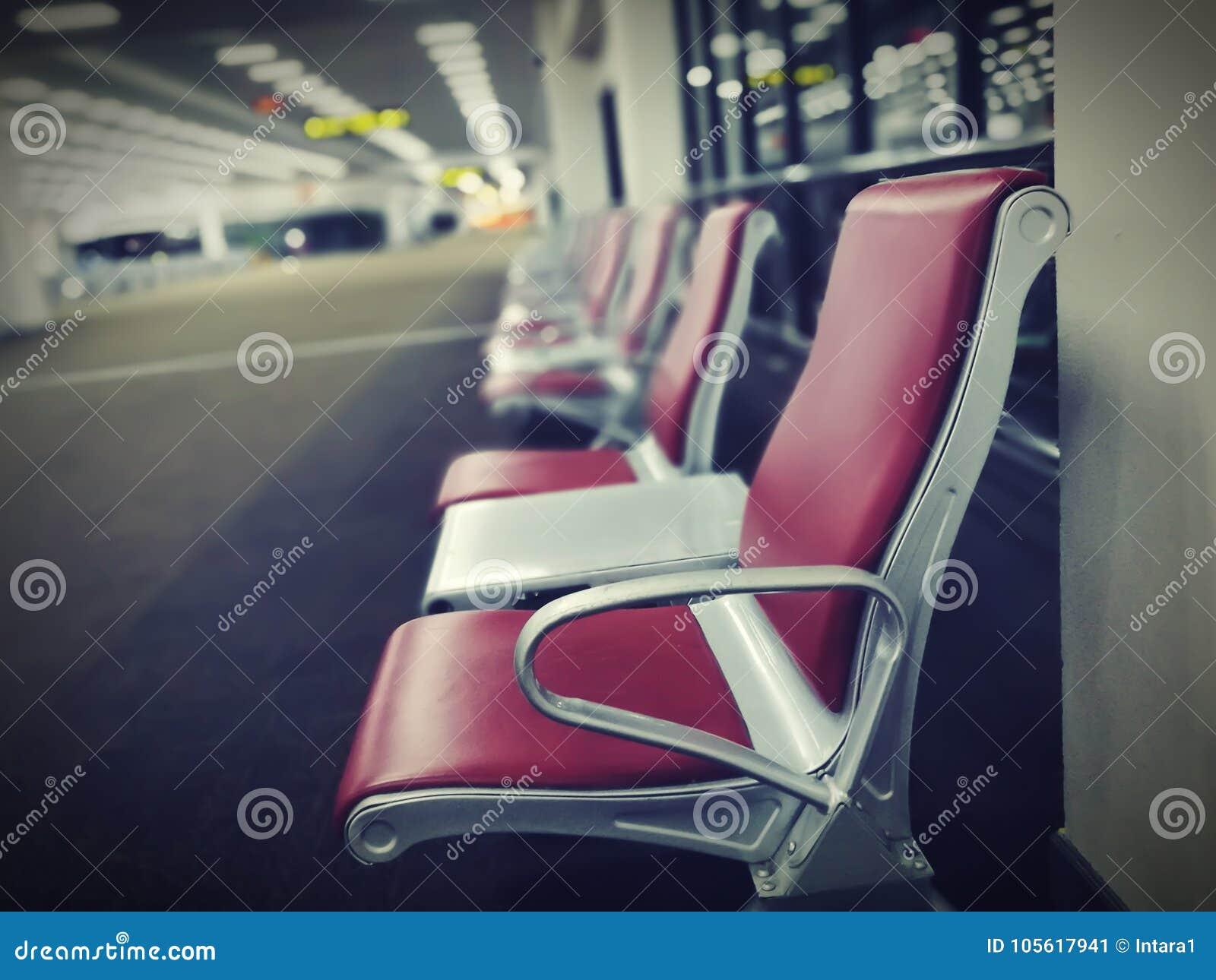 在地毯地板安装的红色椅子行
