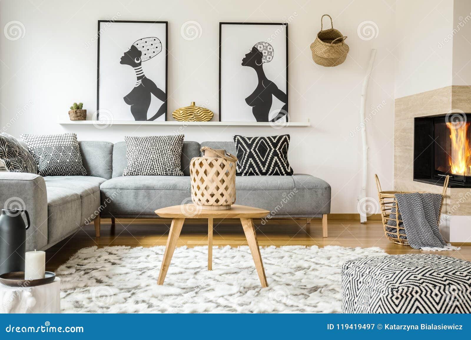 在地毯的木桌在与patt的非洲客厅内部