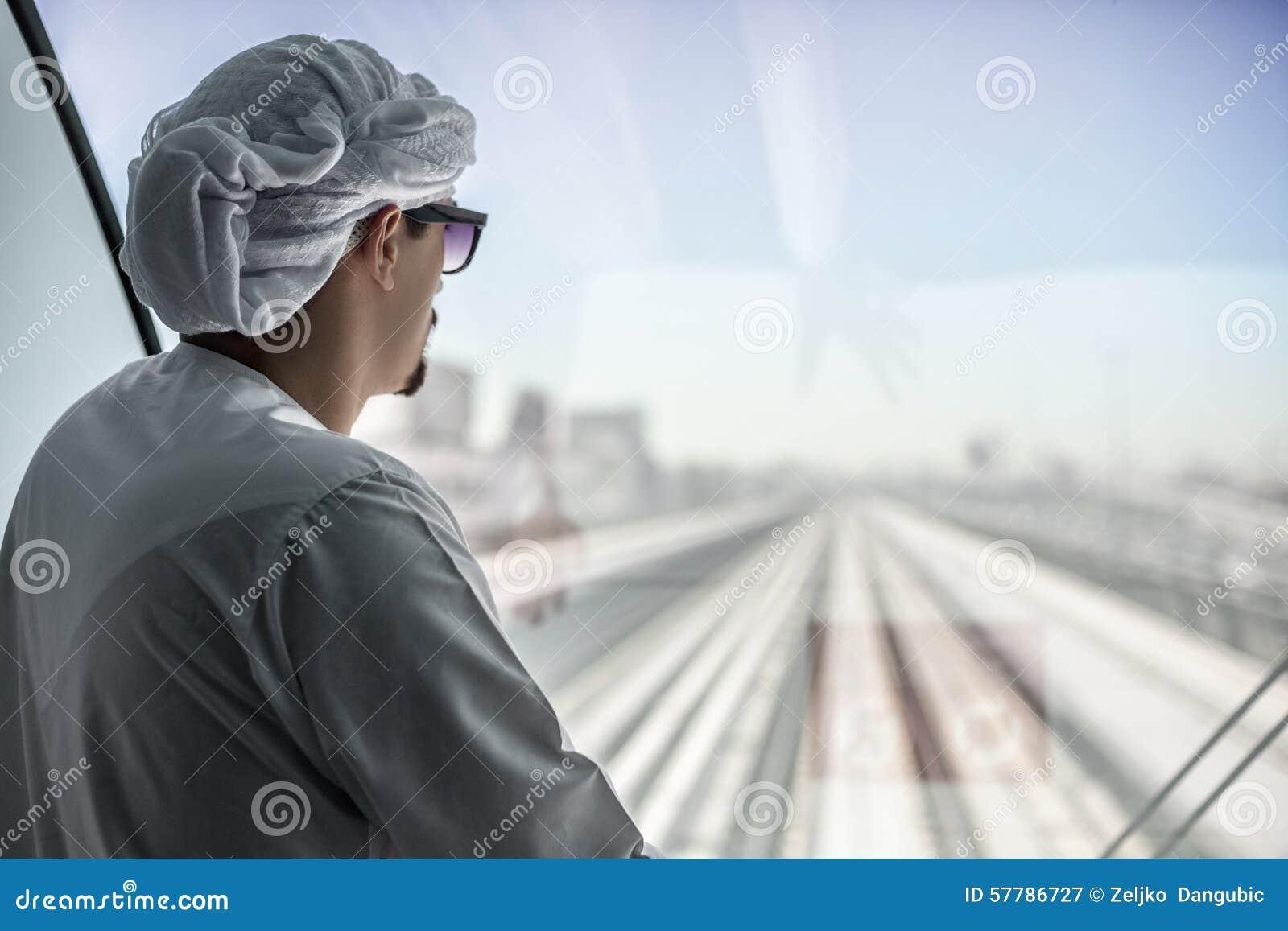 拉伯男人的性功能_在地铁火车的英俊的阿拉伯男性.