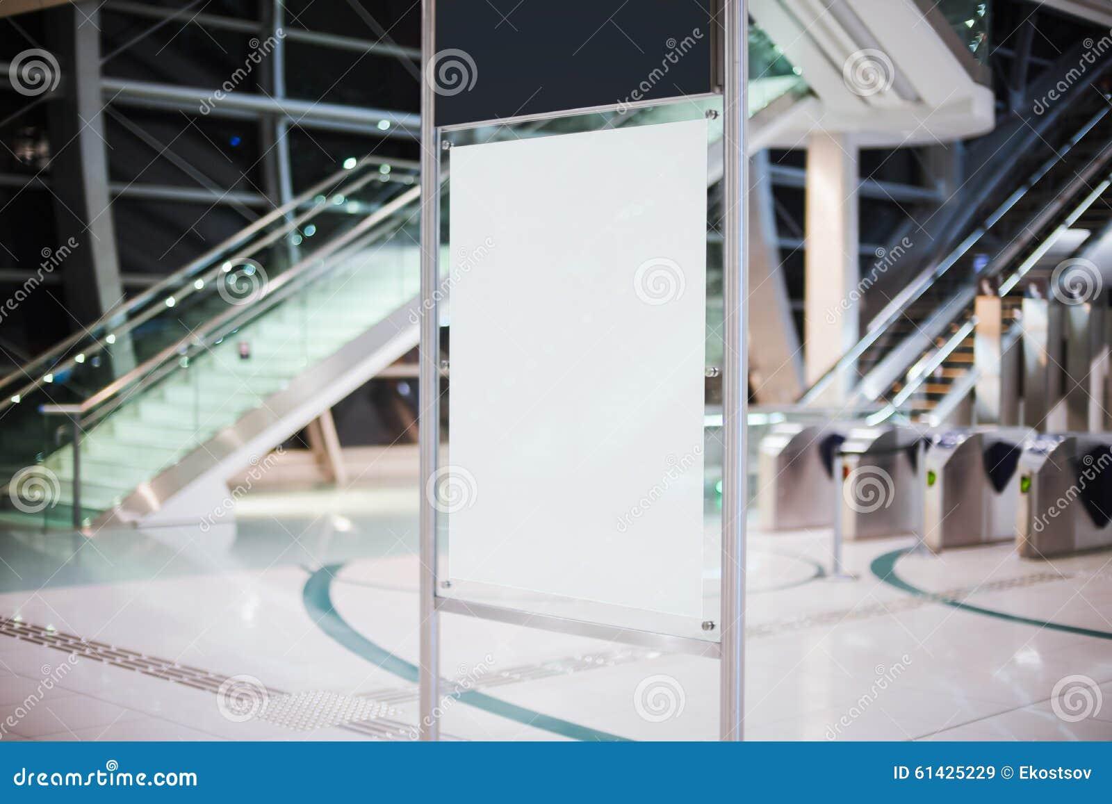 在地铁的空白的白色广告牌
