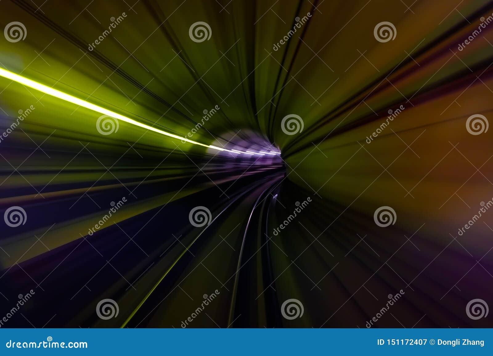 在地铁迷离行动视图的隧道的五颜六色的光