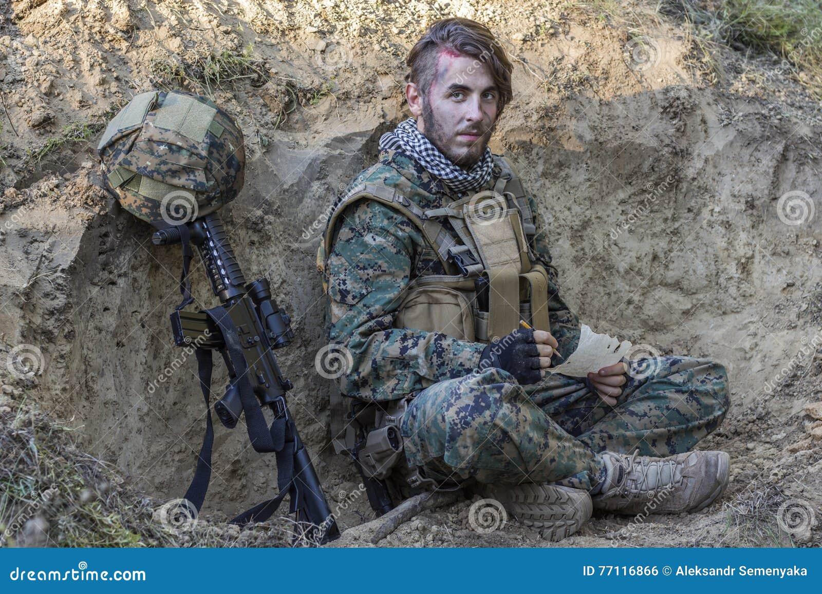 在地面上的战士与枪